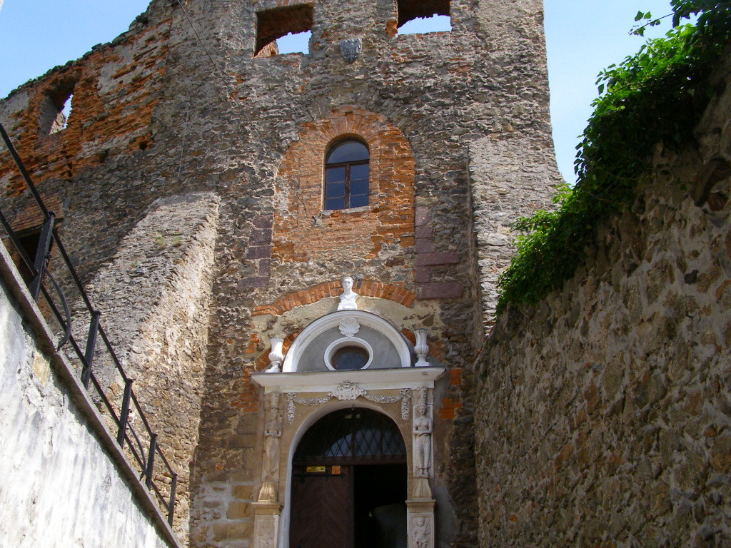 Gate to the upper castle