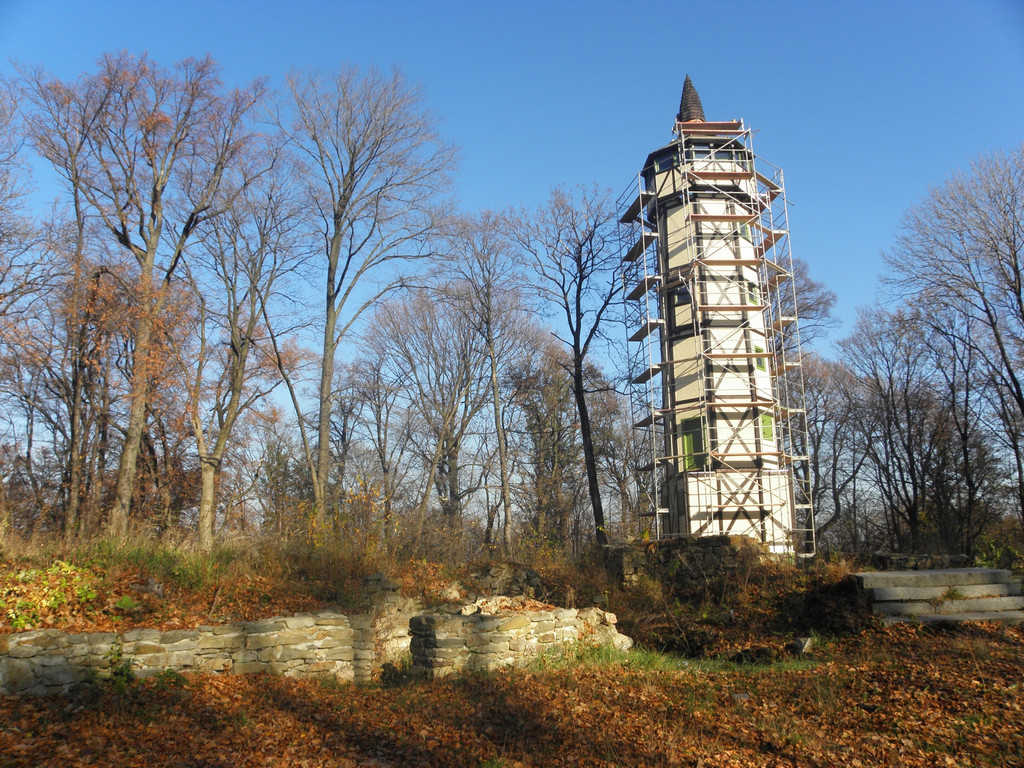 Remnants of castle & scenic tower on Gromnik